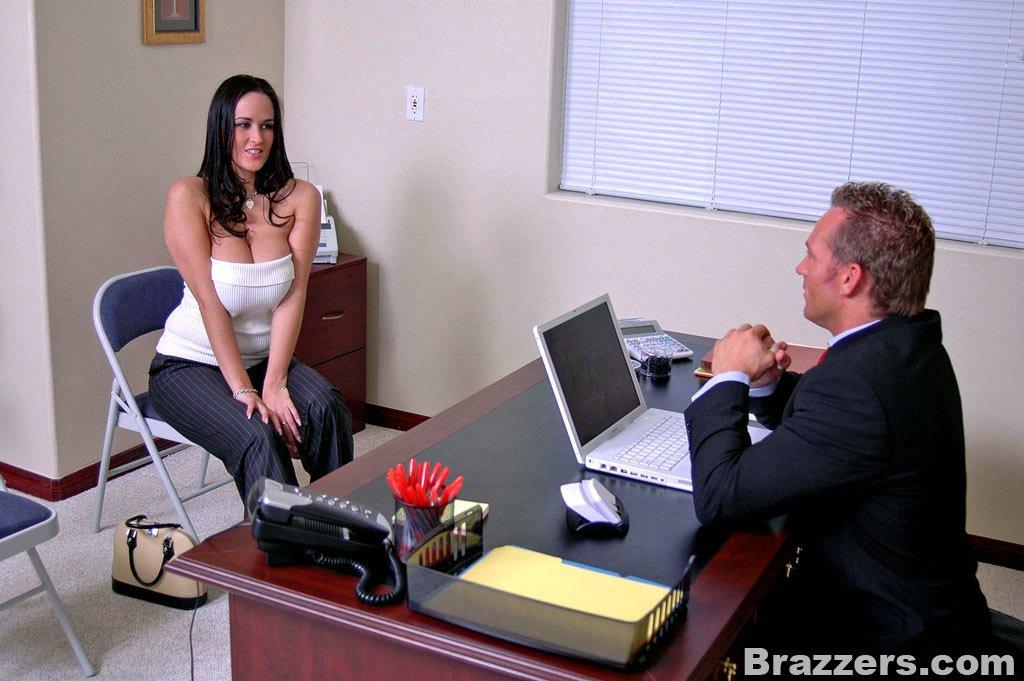 Секс с грудастой секретаршей в офисе